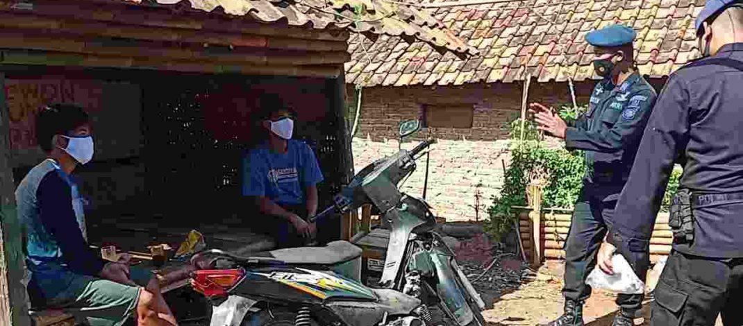 Warga Cikancung Dapat Masker Gratis Dari Anggota Sat Brimob Polda Jabar Dimasa PPKM