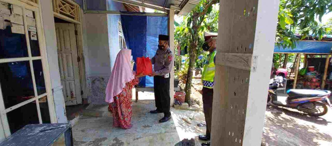 Kabid Humas Polda Jabar : Door To Door, Polisi Bersama Babinsa Salurkan Bansos Dimasa PPKM